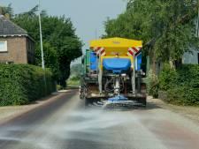 Strooiwagens in Geldermalsen de weg op tegen plakasfalt