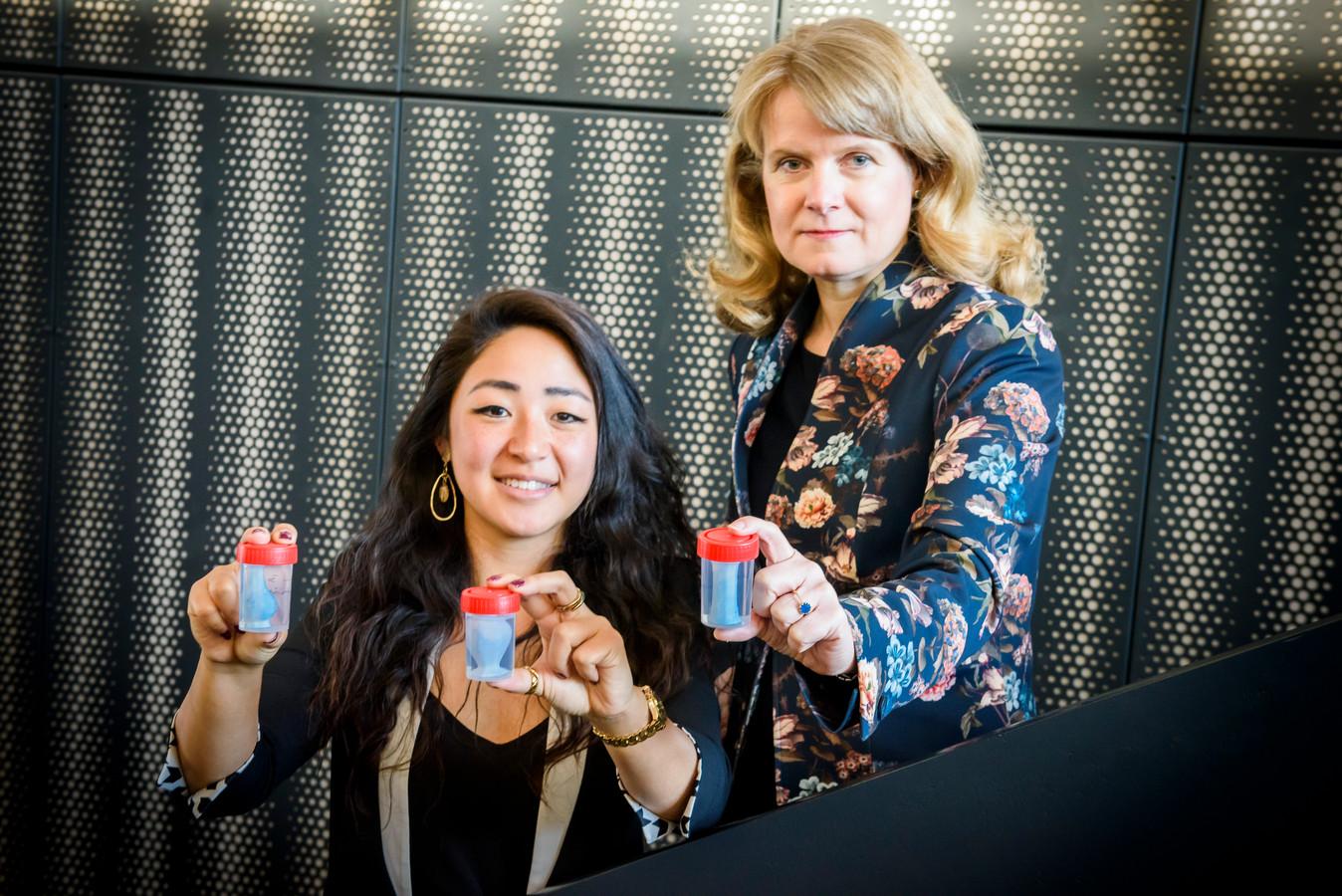 TU/e-onderzoekers  prof. Patricia Dankers (r) en ing. Dan Jing Wu met hun vaasjes met menselijke cellen erop.