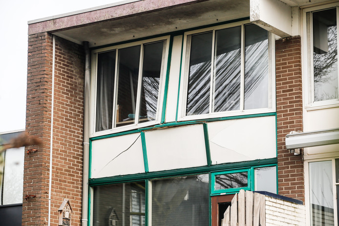 Een bewoner van de Hoofdwal in Gorinchem is vrijdagochtend in zijn woning gewond geraakt door vuurwerk. De direct aangrenzende woningen zijn daarop uit voorzorg ontruimd.