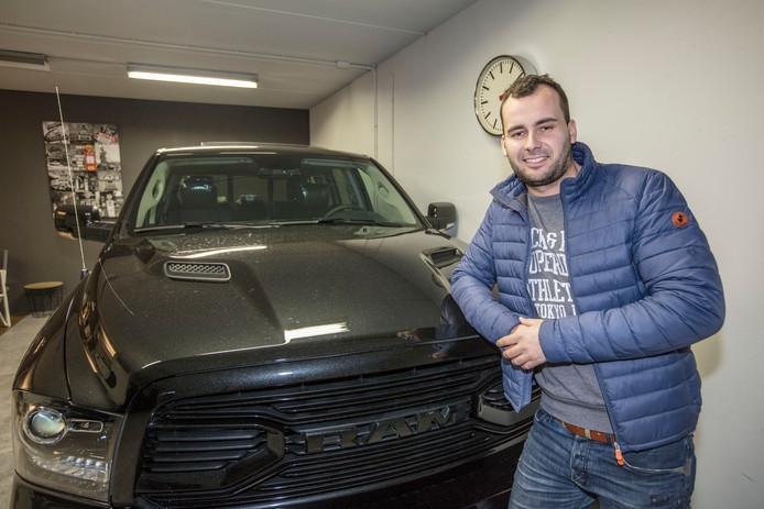 Autohandelaar Floris ten Doesschate bij een Dodge Ram Van. Foto Ton van de Meulenhof