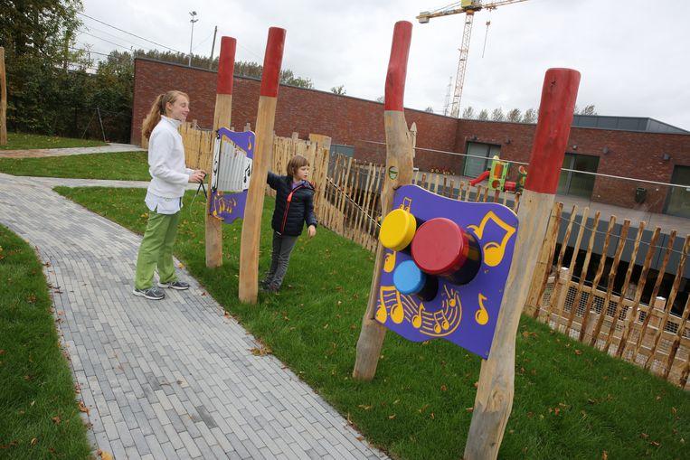 De kinderen van revalidatieziekenhuis Inkendaal in Vlezenbeek revalideren vanaf nu in een unieke speeltuin die op maat van hen gemaakt werd.