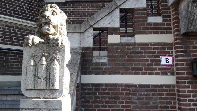 Leeuw met het wapen van Oisterwijk voor het raadhuis aan De Lind