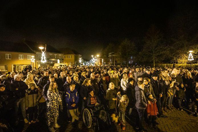 Op het plein voor de kerk van Loksbergen sprak burgemeester Erik Van Roelen (CD&V) de menigte toe.