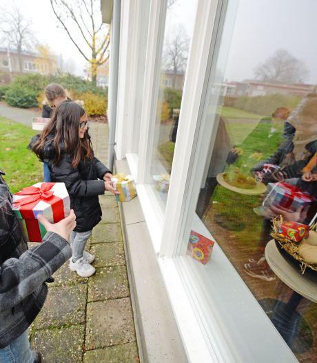 Leerlingen De Fakkel zorgen voor lichtpuntje tijdens bezoek aan woonzorgcentrum in Almelo