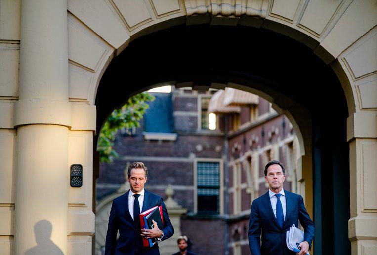 Minister Hugo de Jonge Volksgezondheid) en premier Mark Rutte op weg naar een Kamerdebat over de aanpak van de coronacrisis. Beeld EPA