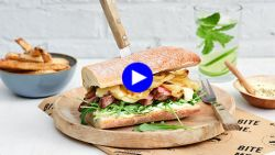 Foodgasm gegarandeerd: zo maak je de ultieme Amerikaanse steak sandwich (met verse looksaus!)