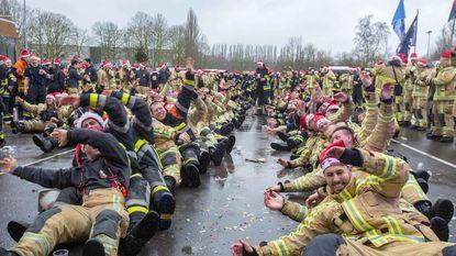 Brandweerlieden bouwen feestje voor Fire for Life