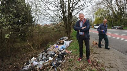 Twaalf ton afval in berm gedumpt