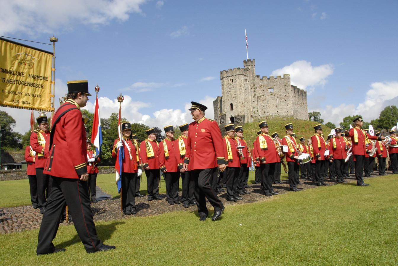 De Koninklijke bij de bevrijders van de stad in Wales.