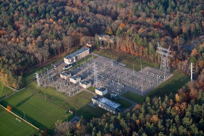 Het elektriciteitsstation langs de N302 in Harderwijk biedt uitkomst voor plannenmakers voor een zonnepark in Ermelo: ze graven er zelf een kabel naar toe.