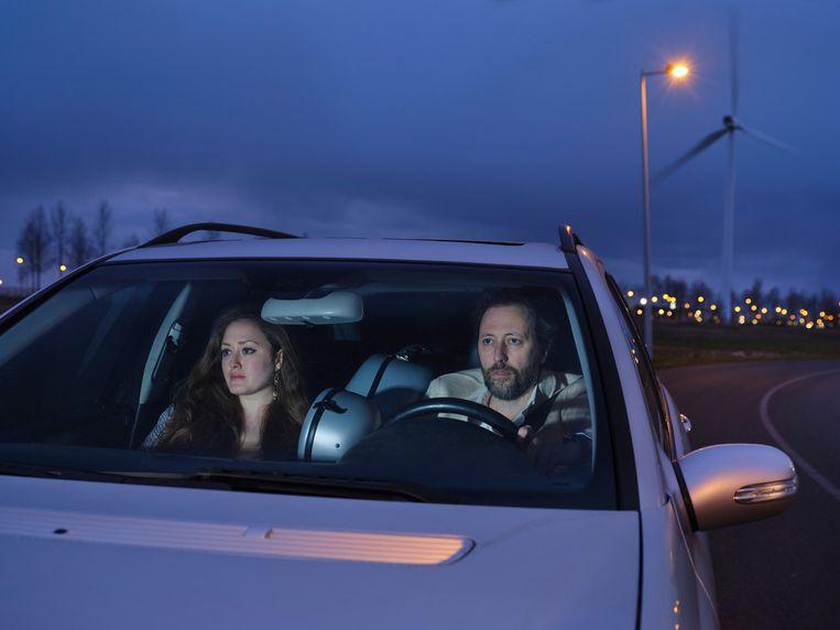 Joris van Casteren en Sara El-Gabalawi in hun auto, met de cello tussen hen in. Beeld Erik Smits
