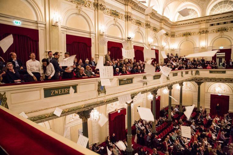 De actie van Fossil Free Culture NL in het Concertgebouw. Beeld Laura Ponchel
