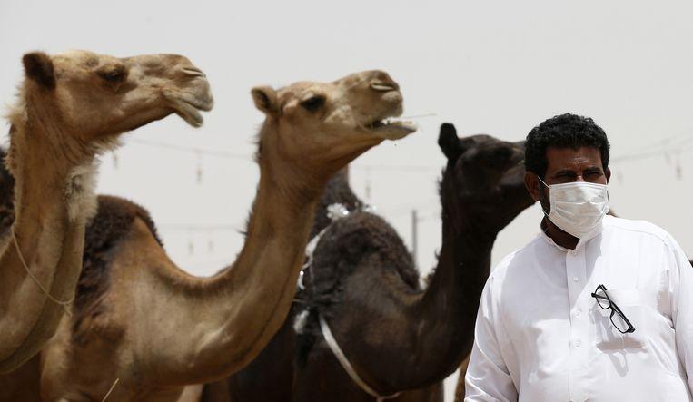 Een man draagt een mondkapje in Saoedi-Arabië waar MERS al zo'n 500 slachtoffers heeft gemaakt