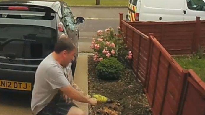 Ce bricoleur maladroit brise la vitre de sa voiture avec une perceuse.