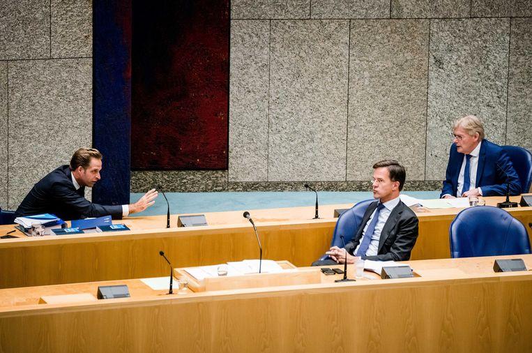 Premier Rutte tijdens een Kamerdebat in april over de conoracrisis, met links minister De Jonge van Volksgezondheid en rechts minister Van Rijn voor Medische Zorg. Beeld ANP