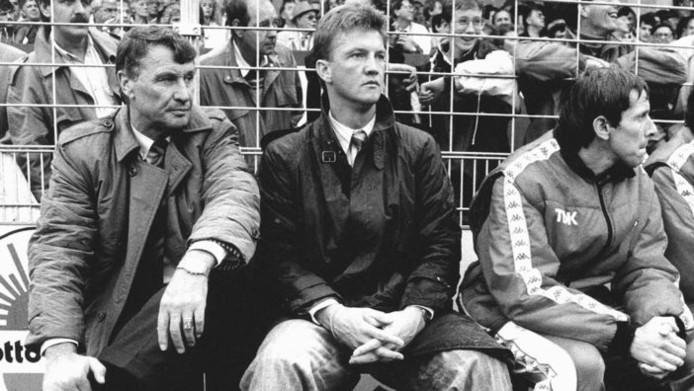 Spitz Kohn (l) op de bank van Ajax naast Louis van Gaal.