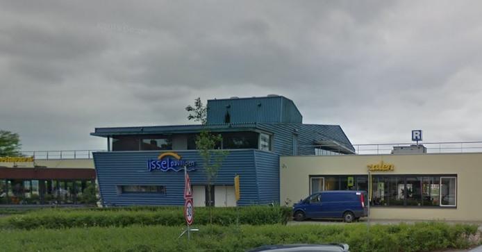 Personeel van restaurant Het IJsselpaviljoen beleefde dinsdagavond angstige momenten toen door het noodweer een deur openklapte en glasscherven en water ver naar binnen waaiden.