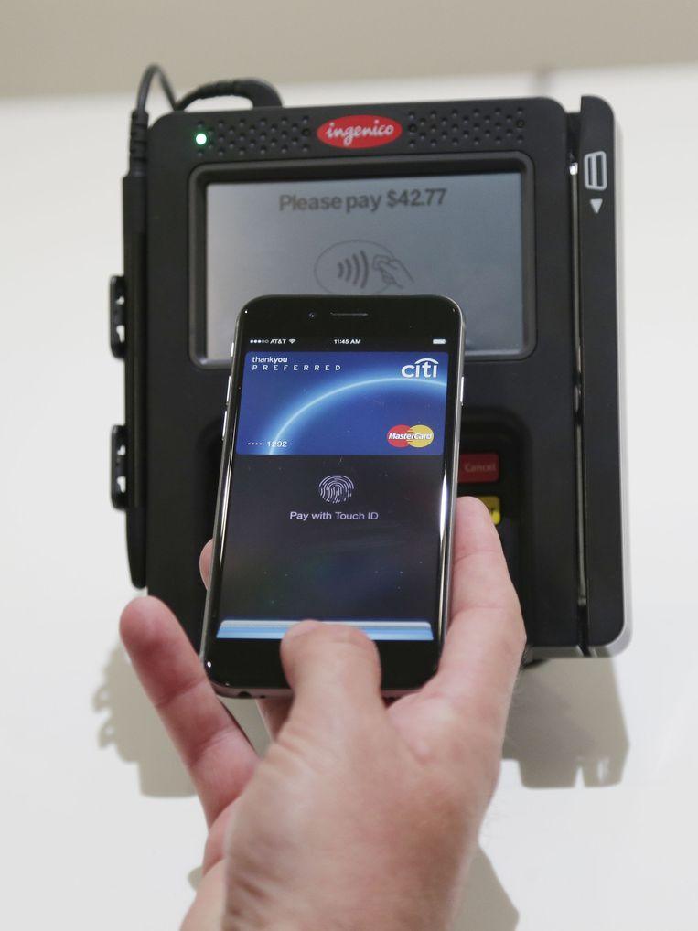 Een demonstratie van het betaalsysteem van Apple, Apple Pay. Beeld ap
