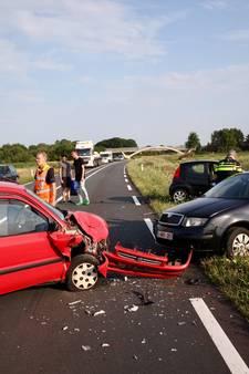 Doorrijder laat ravage achter na ongeluk met drie auto's in Alphen, vrouw gewond