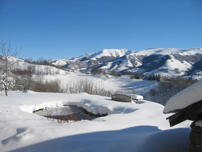 In de winter ligt er volop sneeuw in de Cantal .