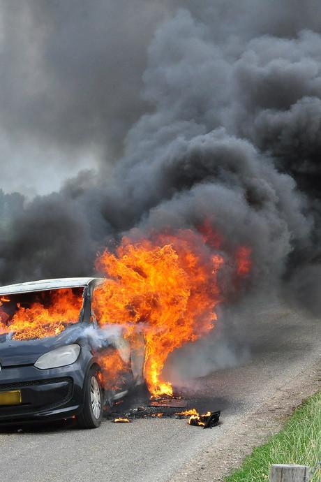 VIDEO: Auto in lichterlaaie in Waalwijk; rook in wijde omtrek te zien