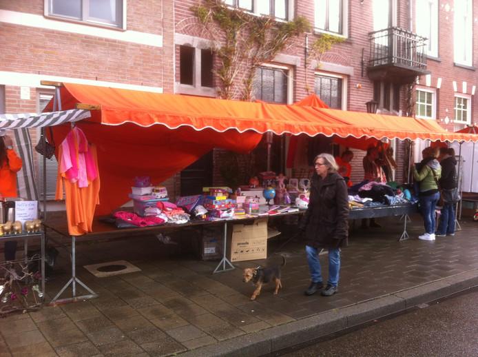 Koningsdag in Eindhoven komt langzaam op gang. De eerste koopjesjagers komen naar de Vrijmarkt op het Wilhelminaplein.