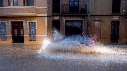 Noodweer zet straten in Valencia onder water
