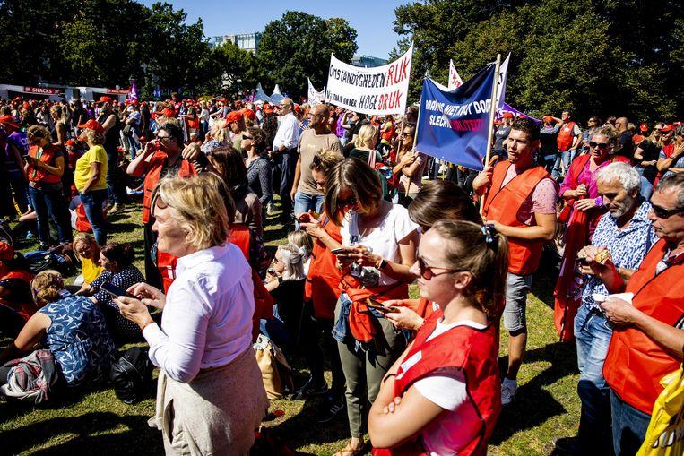 Een groep jeugdzorgwerkers uit Brabant staakt. De medewerkers eisen onder andere meer geld voor jeugdzorg, minder administratiedruk, een einde aan de inkoopwaanzin en fatsoenlijke arbeidsvoorwaarden voor de 30.000 jeugdzorgwerkers.  Beeld ANP