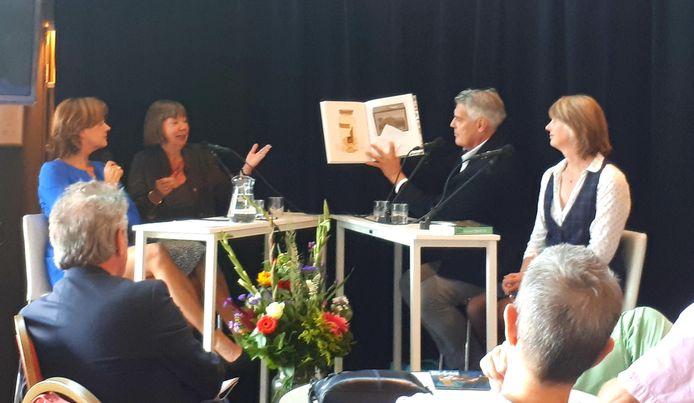Jurylid Perry Moree (tweede van rechts) maakt de longlist bekend tijdens de talkshow van Film by the Sea. Hij wordt geflankeerd door twee genomineerden: Katie Heyning (links) en Josephine Rombouts (rechts). Helemaal links: presentator Karin van As.