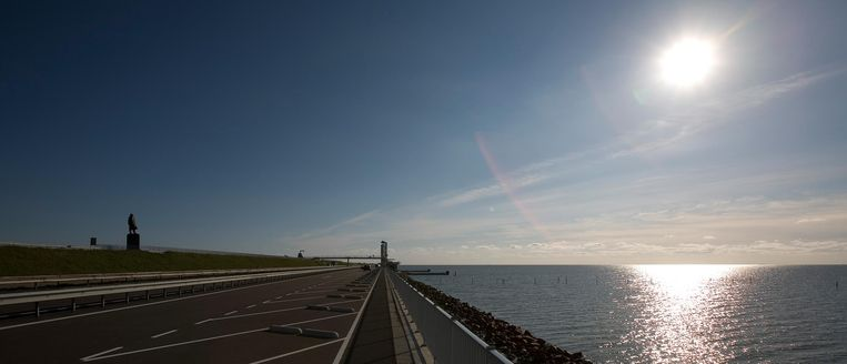 De Afsluitdijk, met links het standbeeld van Cornelis Lely. Beeld Capital Photos