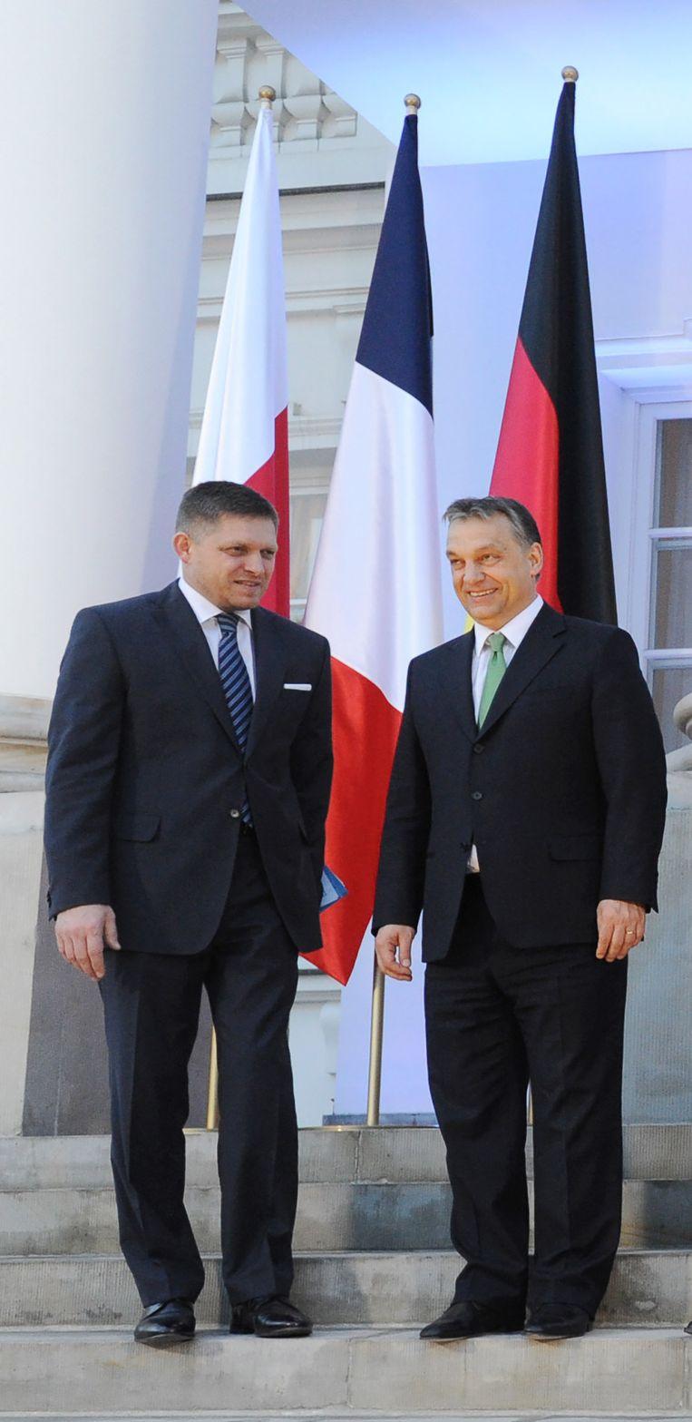 Robert Fico van Slowakije samen met zijn medestander Victor Orban van Hongarije Beeld AP