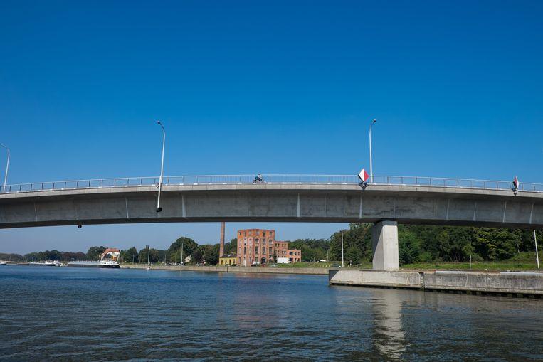 De banenbrug zal vervangen worden door twee bruggen.