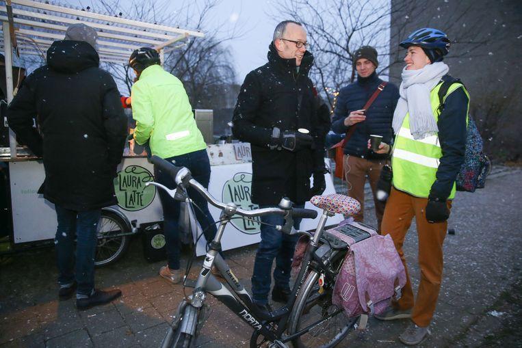 Gratis koffie voor fietser op de Visserij met schepen Watteeuw.
