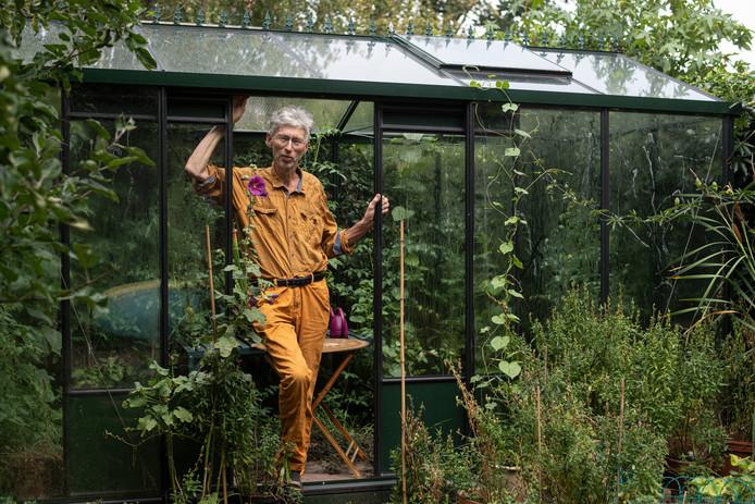 Milieuactivist Johan Vollenbroek in de kas in zijn achtertuin.