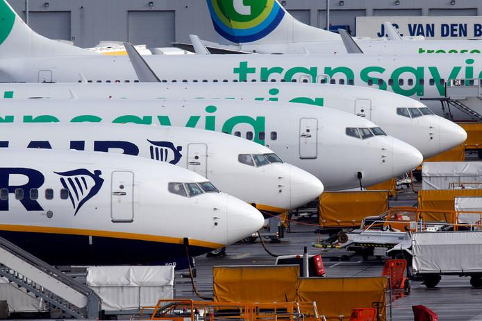 airport vliegveld vliegtuig platform luchthaven ryanair transavia