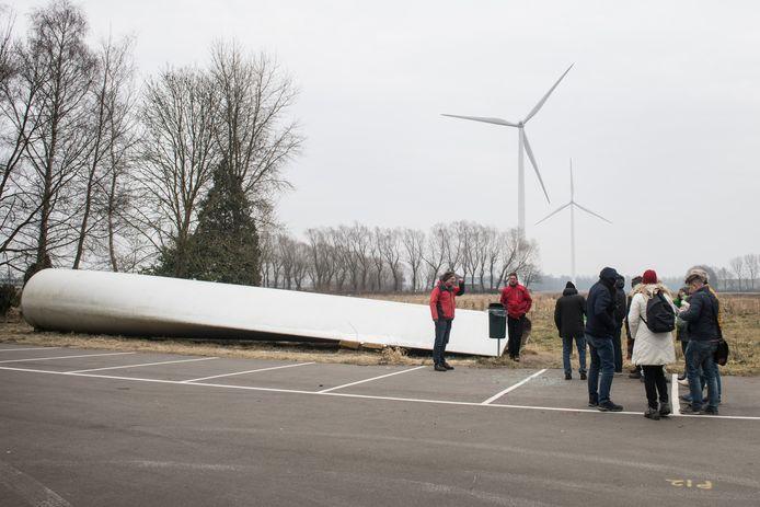 Groep krijgt uitleg bij Windmolenpark Nijmegen.
