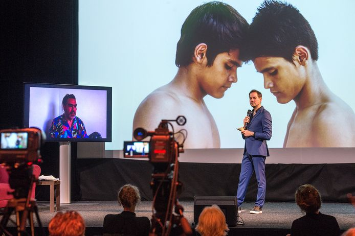 De digitale afsluiting van Bredaphoto wordt vanuit podium bloos gestreamd. Presentator Lucas de Man (rechts) praat o.a. met exposerende fotografen zoals Luis Cobelo (links op scherm)