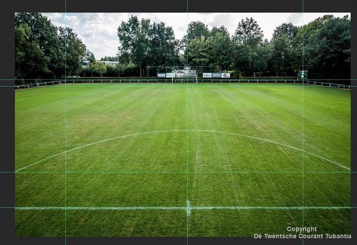 Het hoofdveld van SV Juliana '32 met hulplijnen om te bepalen hoe recht de lijnen zijn