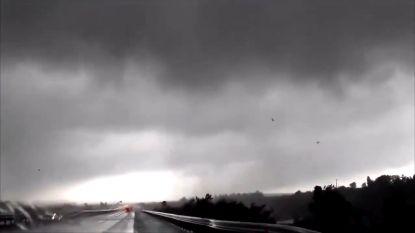 Automobilisten maken beelden van tornado in Zuid-Frankrijk