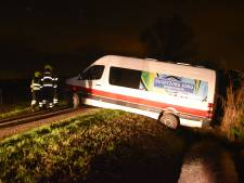 Chauffeur schat breedte van Beemstraat in Nieuwaal verkeerd in en belandt in sloot