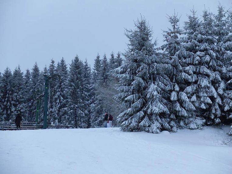 In de Ardennen ligt sinds gisteren al een dik pak sneeuw. Op de skipiste van Baraque de Fraiture lag gisteren al 30 centimeter sneeuw.