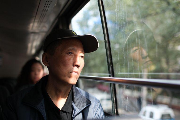 Wang Zhengang (54): 'Ik neem de bus omdat het verkeer zo druk is.' Beeld Elke Scholiers