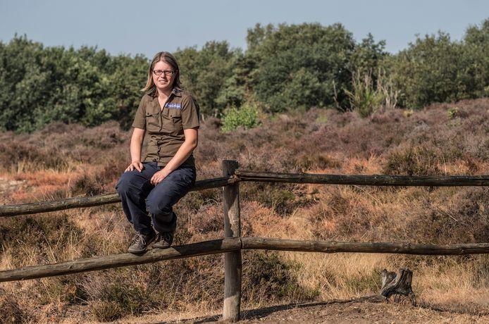 Boswachter Ellen Luijks van Natuurmonumenetn op de Mookerhei.