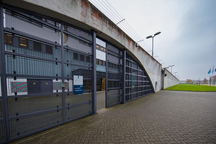 De poort van de PI (Penitentiaire Inrichting) in Lelystad.