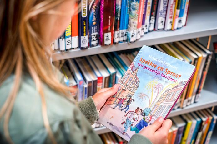 Twaalf leerlingen uit Rijssen en Holten lezen in de plaatselijke finale een fragment voor uit hun favoriete kinderboek.