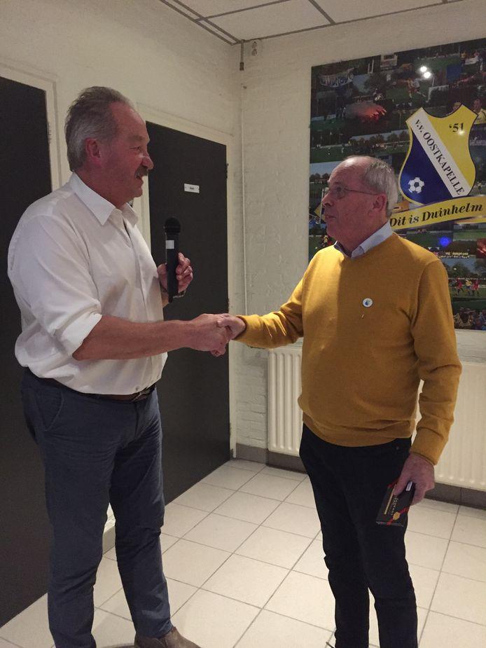 Hans Barth (rechts) schudt de hand van zijn opvolger Ad Coppoolse.