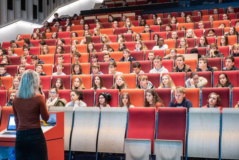 """Tijdens de verschillende sessies in de aula van Bernardusscholen Oudenaarde kwamen 1.100 jongeren zich vrijdag """"wapenen"""" tegen de gevaren van het internet."""
