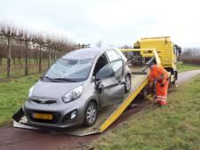 Auto belandt op de kop op fietspad naast Bestseweg in Sint-Oedenrode, bestuurder ongedeerd