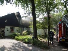 Man ademt rook in bij korte, felle brand in 's-Gravenmoer