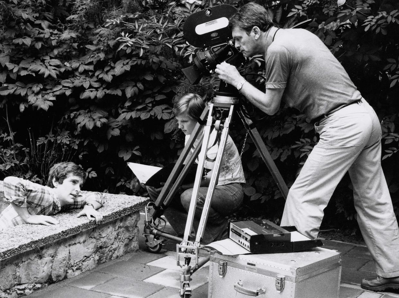 Tijdens de opnamen van 'Lieverdjes uit Amsterdam' (1973) met achter de camera Henk van der Linden.